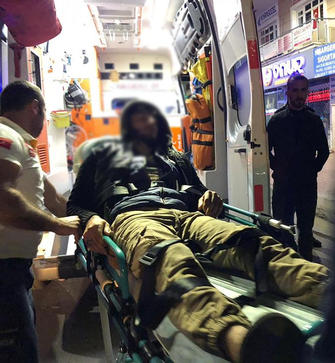 Suriyeli gençlerin motosikleti otomobile çarptı