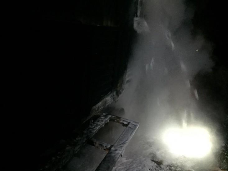 Akyazı'da lastiği patlayan tuğla nakliyesi yapan tırın dorsesi alev aldı